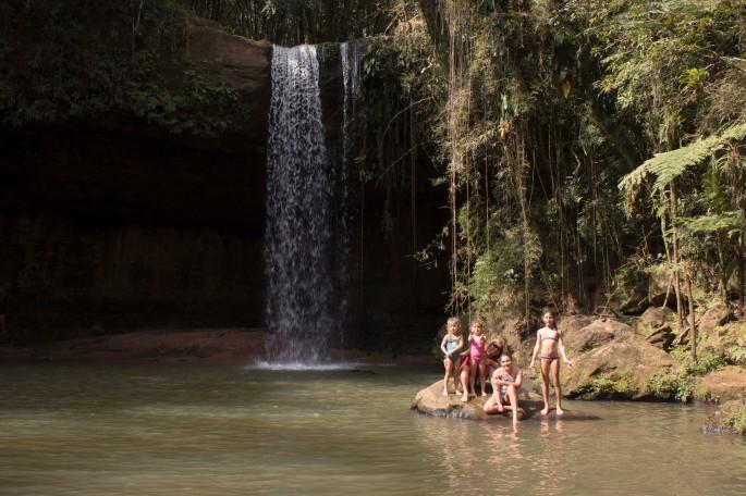 crianças na cachoeira recanto pinhao.jpg